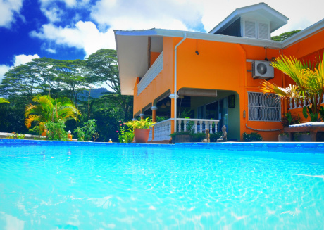 Entire 6 bedrooms home with Swimming pool and free wifi
