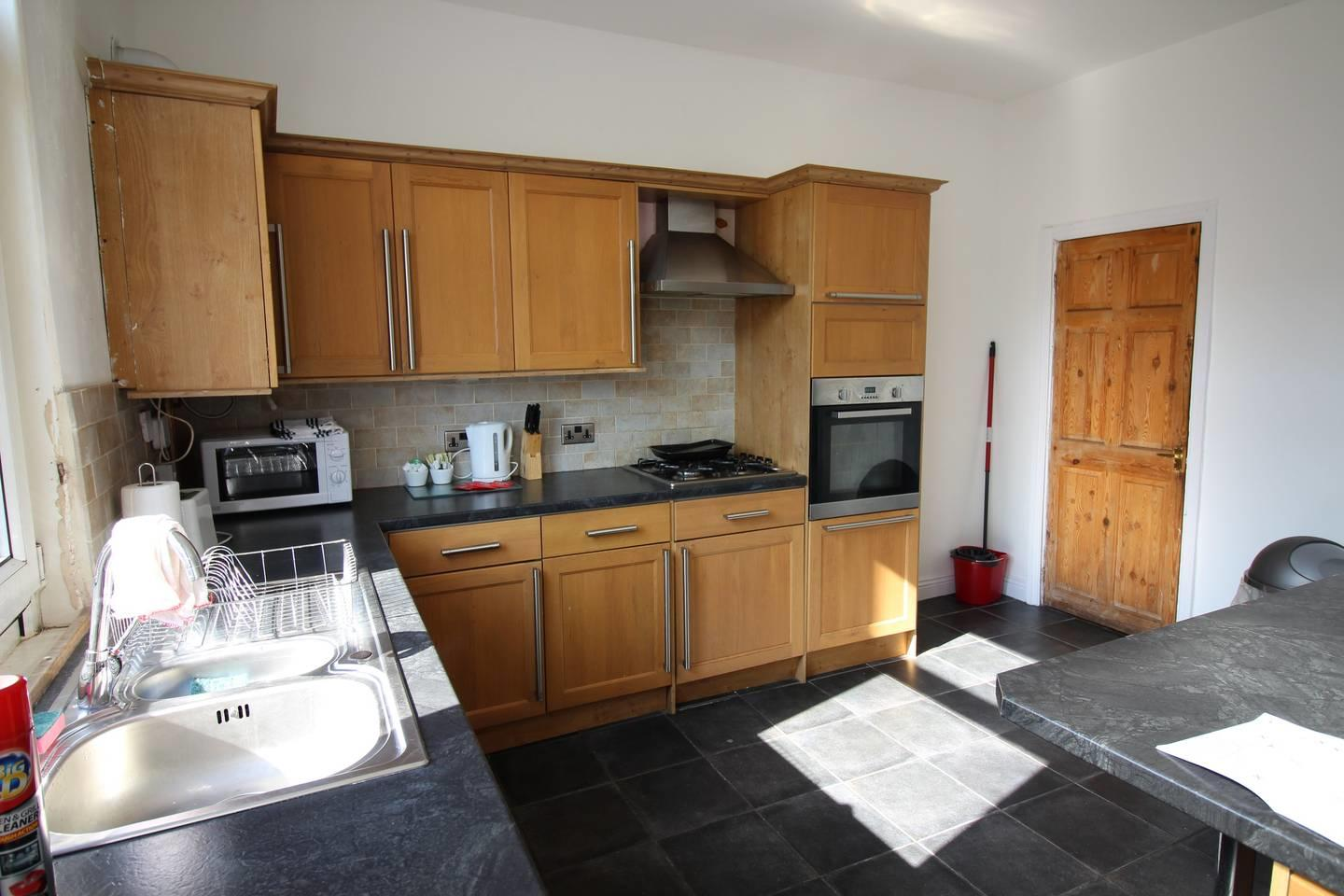 Lovely 2 Bed House with office space, Leeds Slide-5