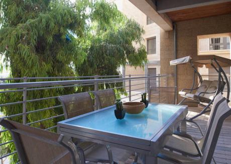 Bright 2 BR w/ balcony in the city center