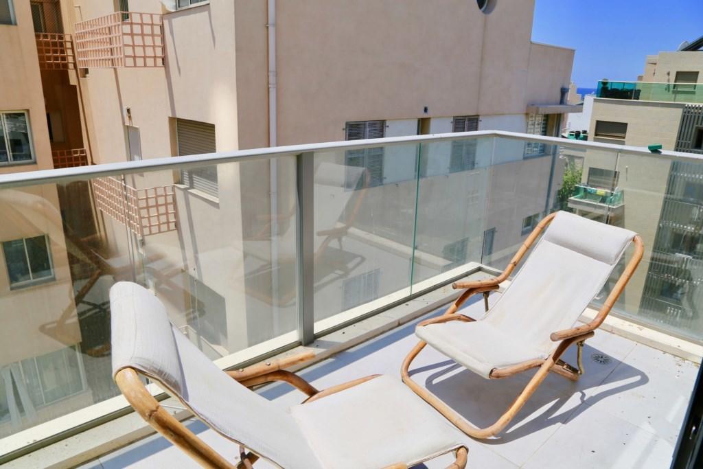 Vibrant 2 BR w/ balcony in Kerem Hatemanim Slide-2