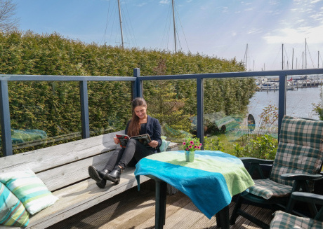 4 pers. Holiday home Zeemeeuw with own fishing pier in front of the Lauwersmeer