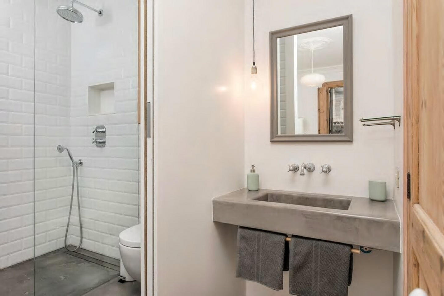 Stylish Wooden Style Apartment B379 In Barcelona Available