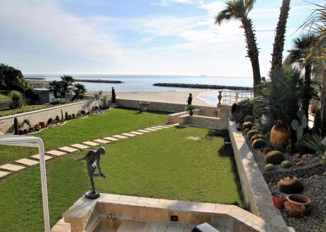 Villa for 12 persons near the beach