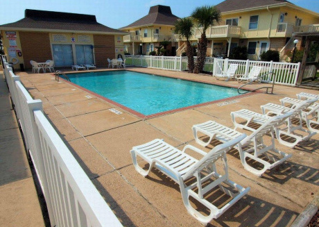 Newly remodeled 1 bedroom/1 bath condo/ 2 Community Pools and beach access!