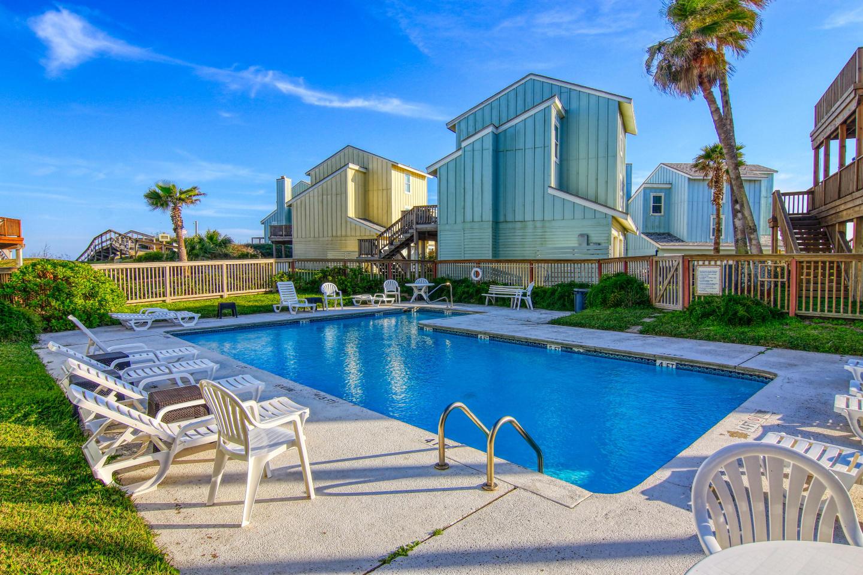 Newly remodeled 3bed/3 bath! Beachview! Communi... Slide-4