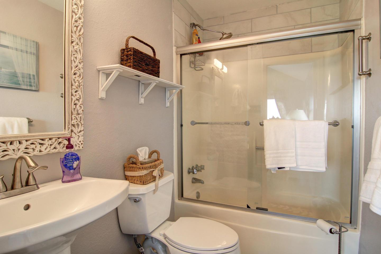 Newly remodeled 3bed/3 bath! Beachview! Communi... Slide-48