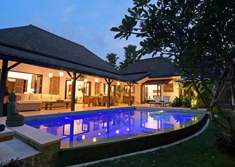 Stunning Villa, Next to beach, cafes, restaurants