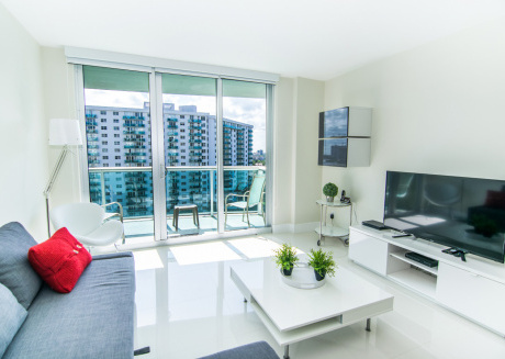 Newly renovated condo across from the beach. WiFi, parking, tennis and more!