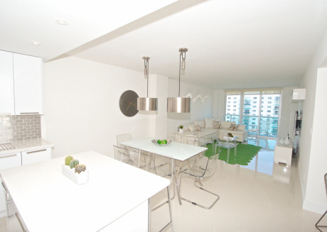 Cozy designer condo across from the beach. WiFi, parking, tennis and more!