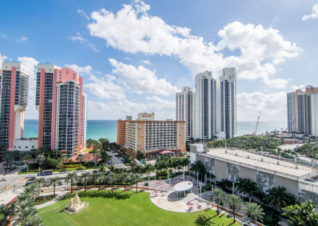 Fully renovated condo w/ ocean views. WiFi, parking, tennis, park and more!