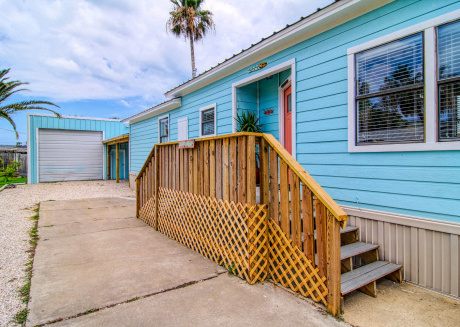 2 bed/ 2 bath soft beach decor. Nice BBQ area with barrel pit! Right in town!