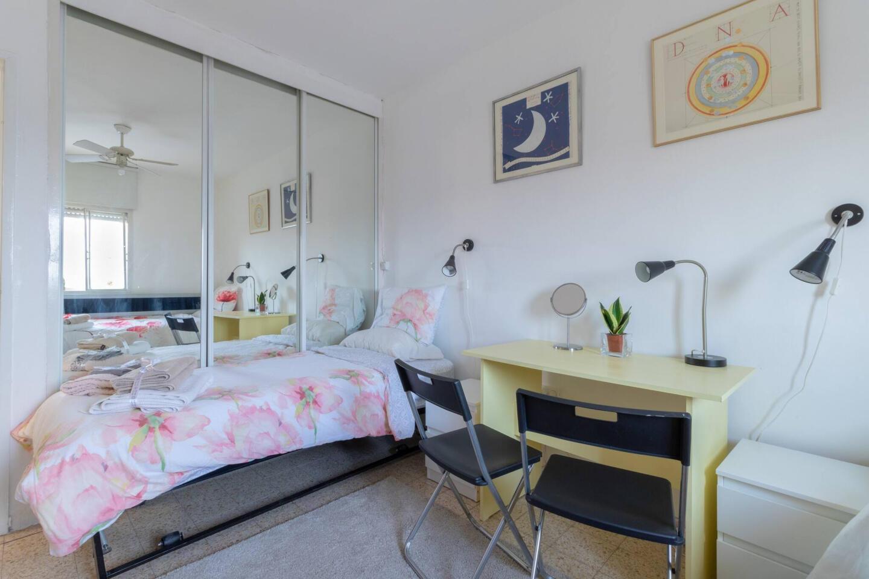 Villa Varda Home From Home - Yellow Room Slide-4
