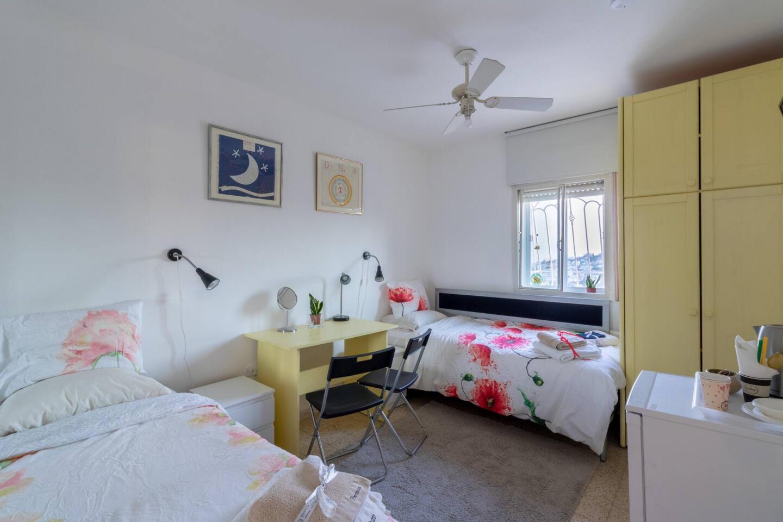 Villa Varda Home From Home - Yellow Room Slide-1