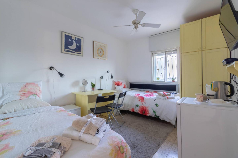 Villa Varda Home From Home - Yellow Room Slide-13