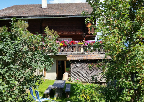 Spacious Apartment in Tschappina near Forest