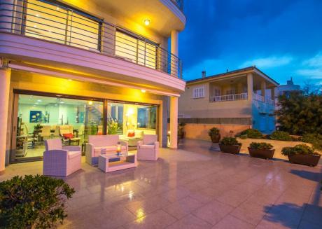 Luxury villa right on the sea with an indoor pool on Mallorca