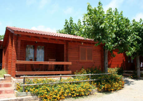 Attractive bungalow with a covered terrace, 1 km. from beach