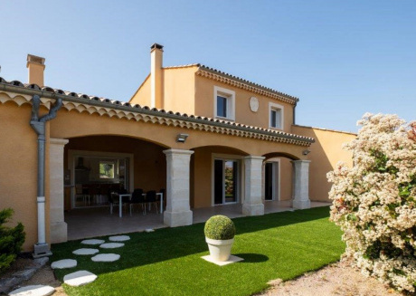Lovely spacious villa with air conditioning, large pool, a guest house and close to the sea