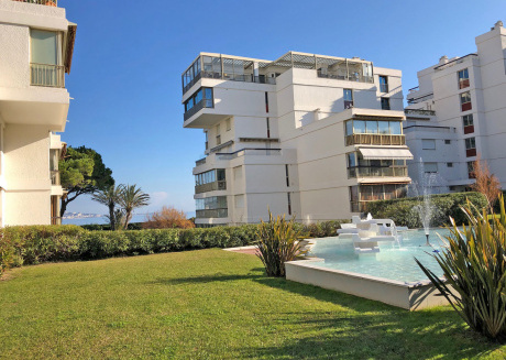 Modern apartment with air conditioning, pool and tennis courts, within walking distance of the beach