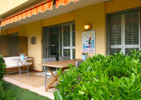 Modern corner apartment on secured park, with large swimming pool, 700 m from the beach
