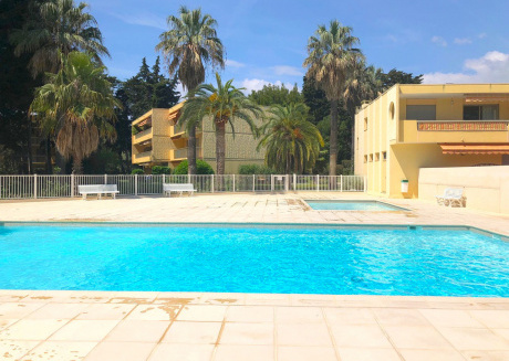 Modern apartment with air conditioning on secure park, large pool, 700 m from the beach