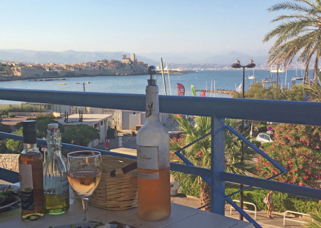 Luxury and modern apartment with air conditioning and sea views, 50 meters from the beach