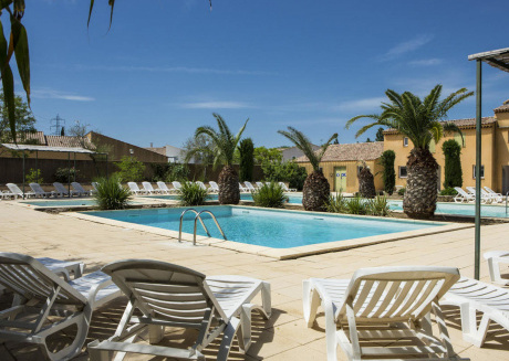 Cozy cottage on a small secured holiday park with large pool, near Arles