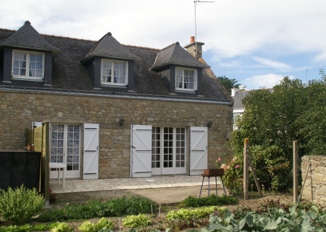 Semi-detached holiday home in old style near the sea in the point of Brittany