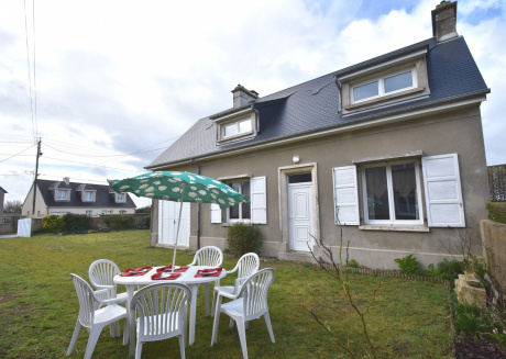 Very nice holiday home with fully fenced garden, one block from the beach.