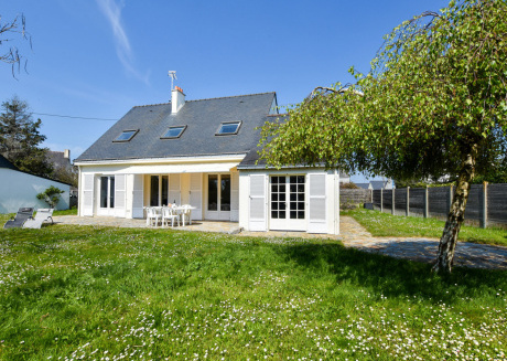 Detached holiday home in quiet villa district 300 m from the beach in Brittany