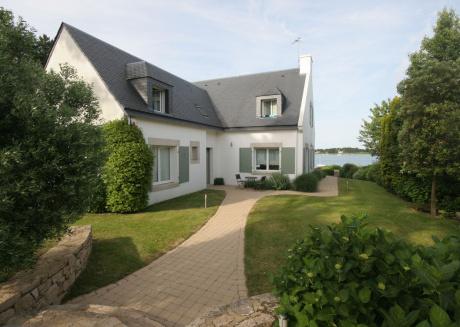 Nice holiday villa with stunning sea views (200m) and spacious garden