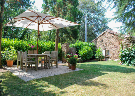 This romantic cottage with private garden on a hilltop is ideal for couples!