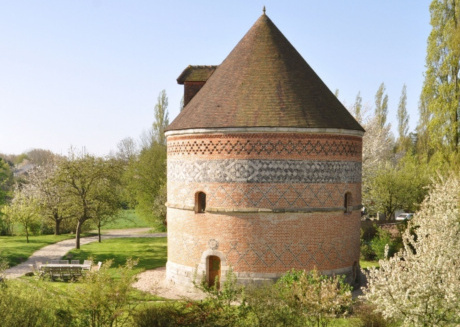 Nicely renovated dovecote, surrounded by a large garden. A unique holiday home