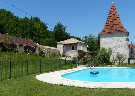 Charming gite with a small tower, private swimming pool and a view; perfect for couples!