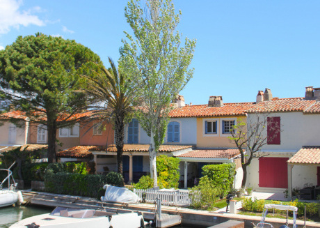 Modern holiday home on the water in Port-Grimaud, within walking distance of the beach