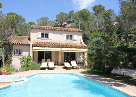 Spacious Villa at Saint-Raphael with Jacuzzi and Private Pool