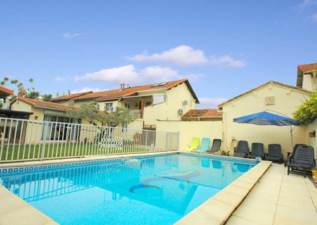 Holiday Home with a Free Wi-Fi near Avignon