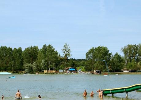 Green holiday domain around a beautiful recreational lake in Poitou-Charentes
