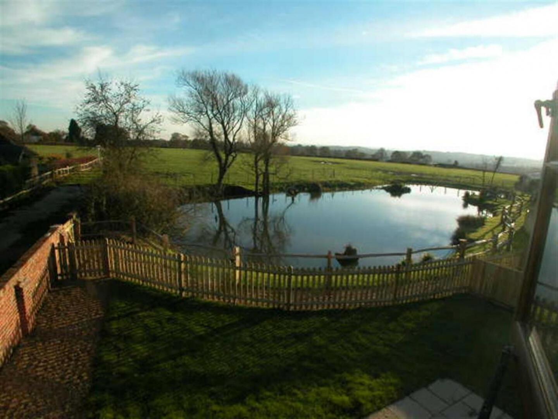 Cozy Farmhouse in Benenden with Terrace Slide-13