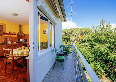 Cozy apartment in a quiet area, nice balcony with park view, 80 meters from the sea, Wi Fi