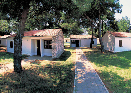 Bungalow (2-4 persons) in  park with very few cars, directly on the sea
