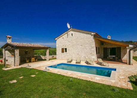 With private swimming pool, large garden and summer kitchen at 9.5 km from the beach