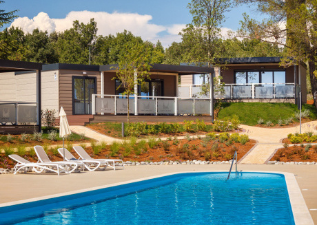 Modern chalet with two bathrooms, in holiday park with beautiful swimming pool