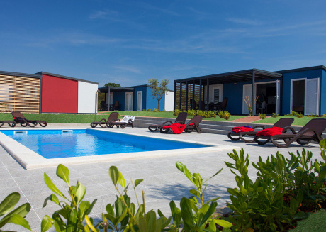 Beautiful chalet, sharing a swimming pool with a few other chalets, in a park near the sea