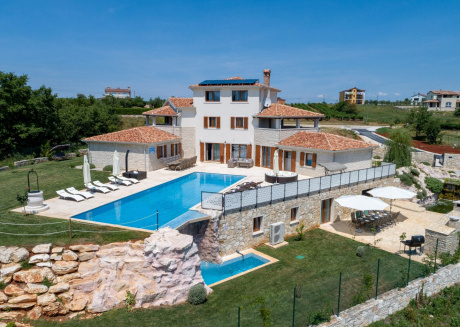 Elegant detached villa with large private swimming pool, 9 km from Novigrad and beach