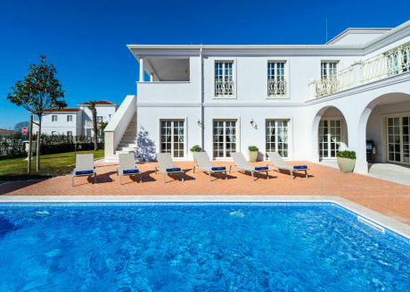 This villa invites you to a luxurious holiday close to the beach and Porec