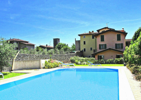 Modern residence with swimming pool, on a hill at only 3km from Lake Garda.