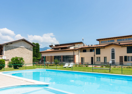 Farmhouse with swimming pool, next to 9 hole golf course, close to Lake Garda