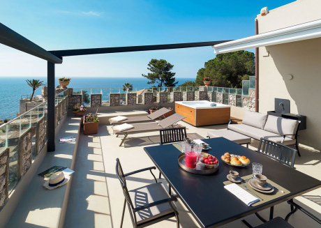 A stunning terrace with jacuzzi by the sea, and close to the center and beach