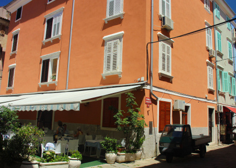 Apartment close to the Tartini square and local food market, 100m from the beach